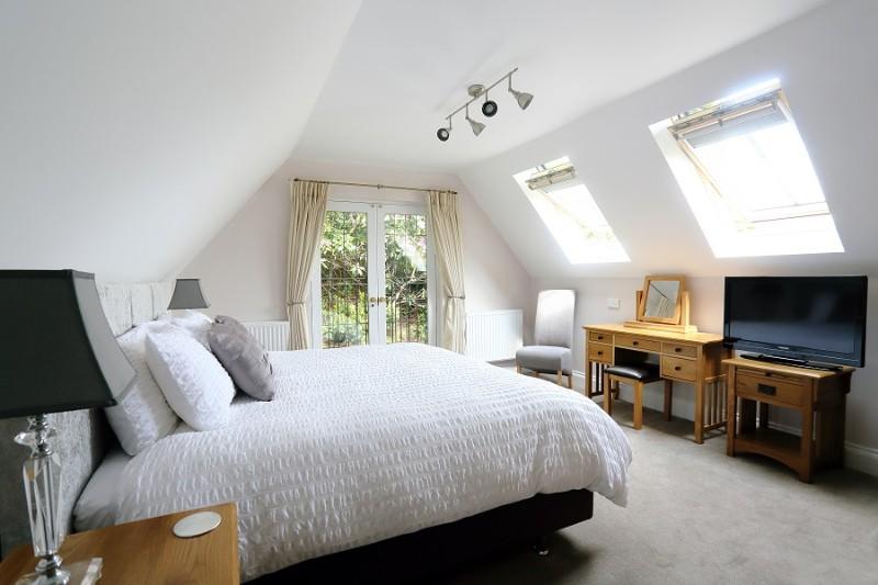 09-master-bedroom-with-luxury-mattress