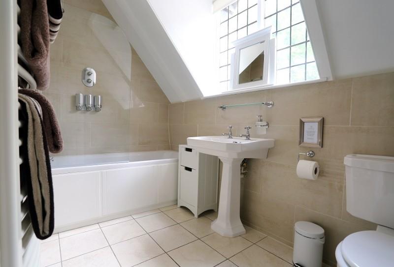 18-family-bathroom-1