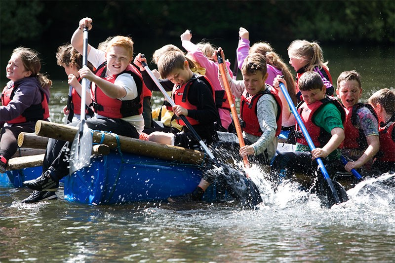 Oaker_young_people_on_raft
